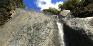 Hybrider Steinschlagschutz: Steinschlag-Vorhang Und -Barriere In Einem